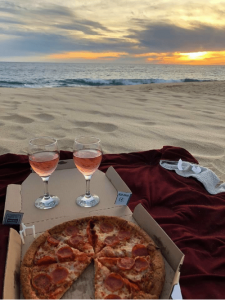 Vino rosé e pizza al tramonto in riva la mare... Il mio appuntamento ideale!